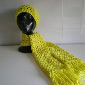 gorro y bufanda amarillos