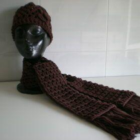 gorro y bufanda marrón oscuro